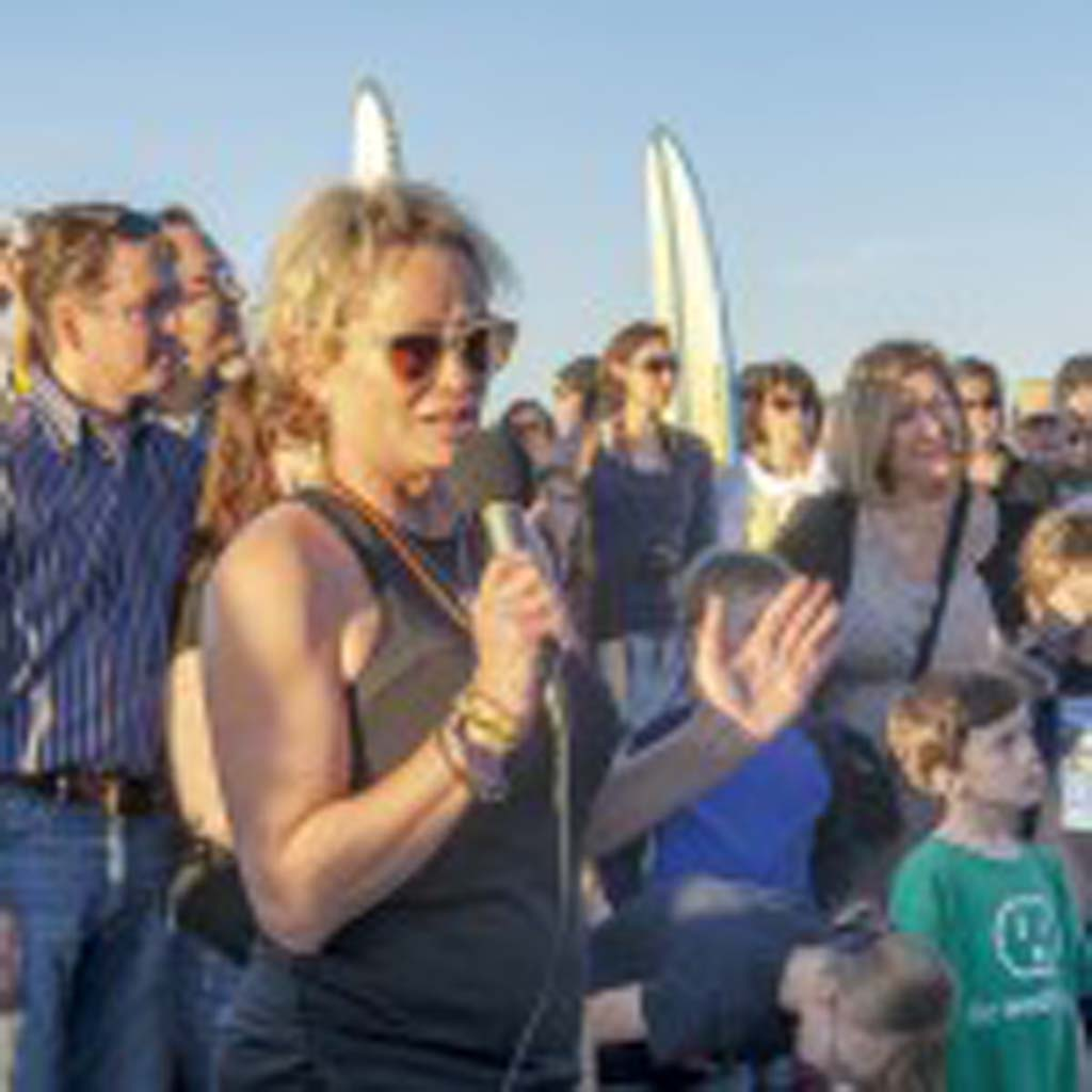 Susie Nancarrow thanks the crowd during a celebration of the life of longtime San Diego television journalist Loren Nancarrow at South Cardiff State Beach. Photo by Bill Reilly