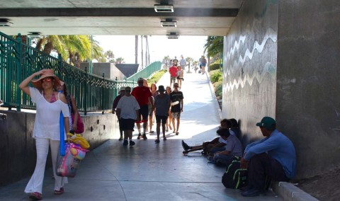 Oceanside outlaws smoking in underpass to beach